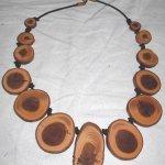 Halskette aus Eibe, auf Lederband