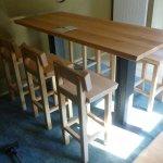 Hochstühle und Tisch aus Erle