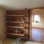Altbaurenovation, Regal mit Stahlrohrstütze und Altholztablaren, geölt