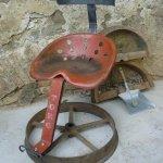 Lehnstuhl freischwingend, Traktorensitz und Transmissionsriemenrad