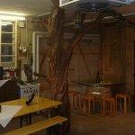 Leibacher Wein - Birnbaum mit Nussbaum Tisch im Degustationsraum