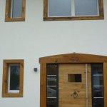 Tür- und Fenstergesimse aus alter Eiche, Stahltür mit Altholzverkleidung